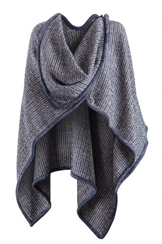 Moderné pončo tkané z vlny, ľanu a viskózy. Príjemne sa nosí, je v ňom teplúčko a vďaka piatim úžasným farbám vám zaručene bude pasovať do šatníka.